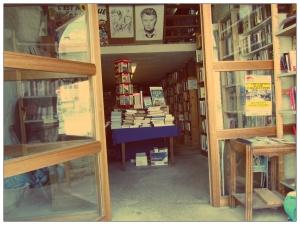 l'entrée d'une librairie