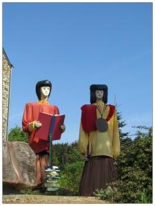 deux personnages sculptés