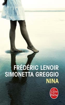 femme pieds nus dans l'eau